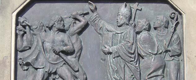 (Foto: Plastik am Sockel der Bonifatius-Statue in Fulda –  Foto: © wikimedia commons)