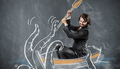 Mann sitzt in einem gezeichneten Boot und schlägt mit dem Ruder auf einen Oktopus