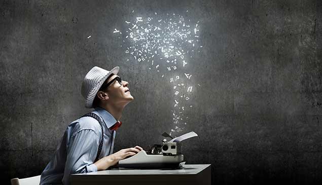 Mann mit Strohhut an der Schreibmaschine, daraus kommen fliegende Buchstaben