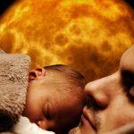 Vater hält Kind nah am Gesicht. Beide schlafen