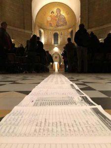Schriftrolle mit den Namen in der Dormitio-Abtei in Jerusalem