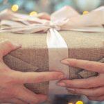 Übergabe eines Geschenks
