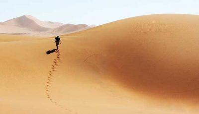 Mann läuft durch die Wüste
