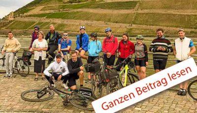 14 junge Menschen mit Ihren Fahrrädern vor einem Weinberg