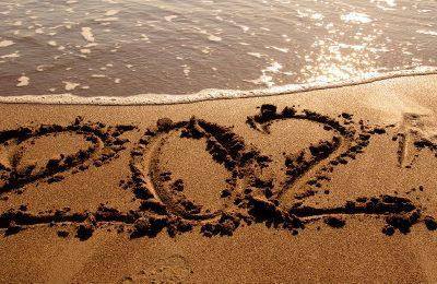 Jahreszahl 2021 in den Sand geschrieben