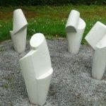 Steinskulpturen im Kreis