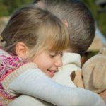Vater hält kleine Tochter im Arm